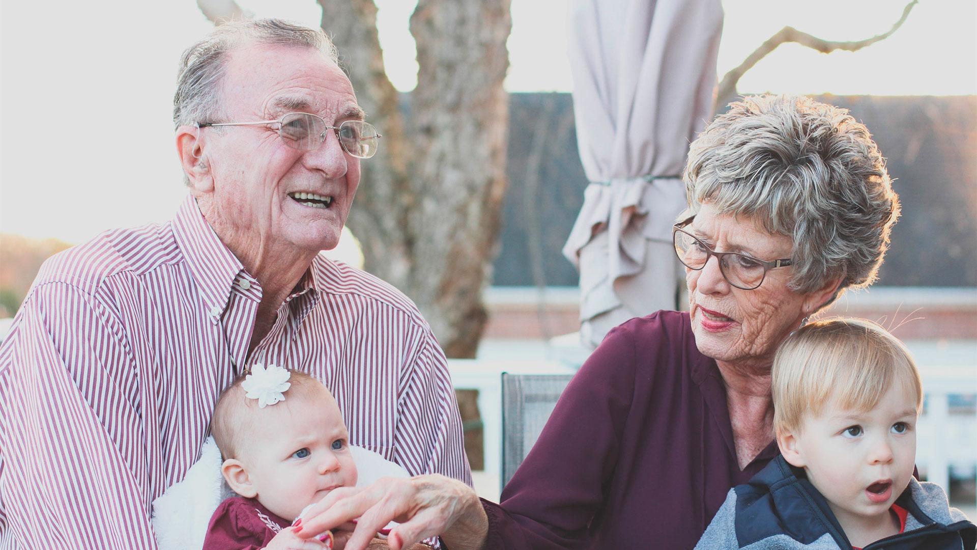 Familia de ancianos con bebés